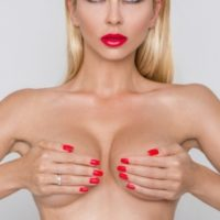 стоит ли увеличивать грудь хирургическим путем