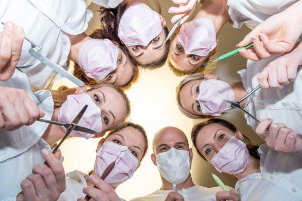 врачи с инструментами