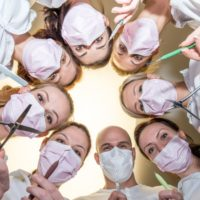 врачи над пациентом
