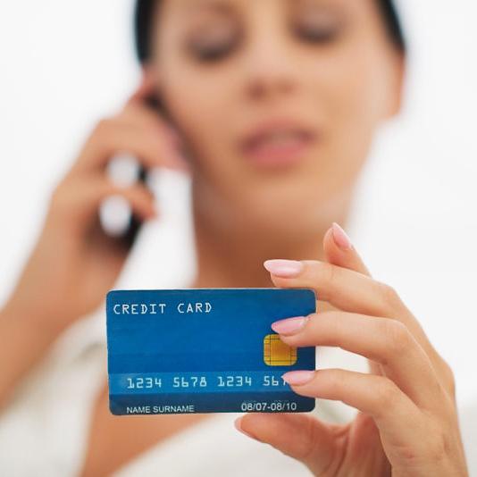 Девушка с кредитной картой